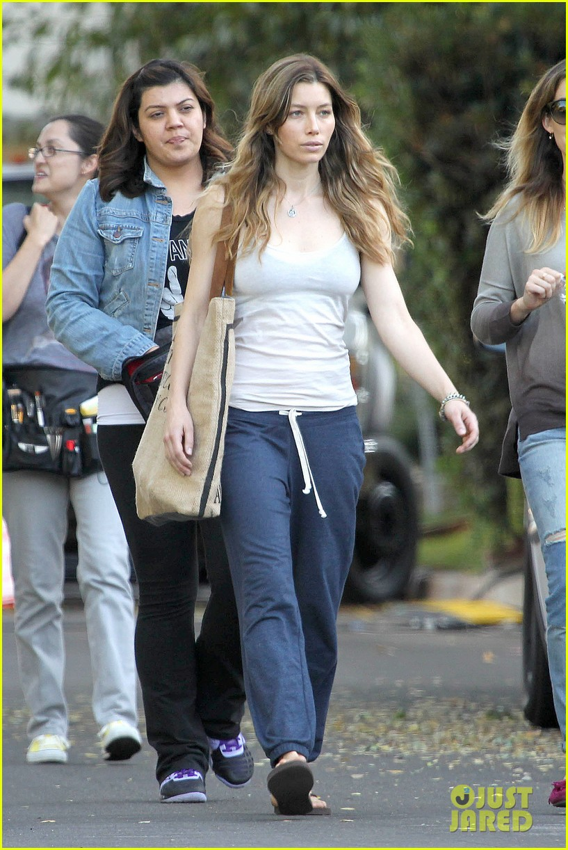 jessica biel shows svelte figure in tiny tank for shiva may 012974421
