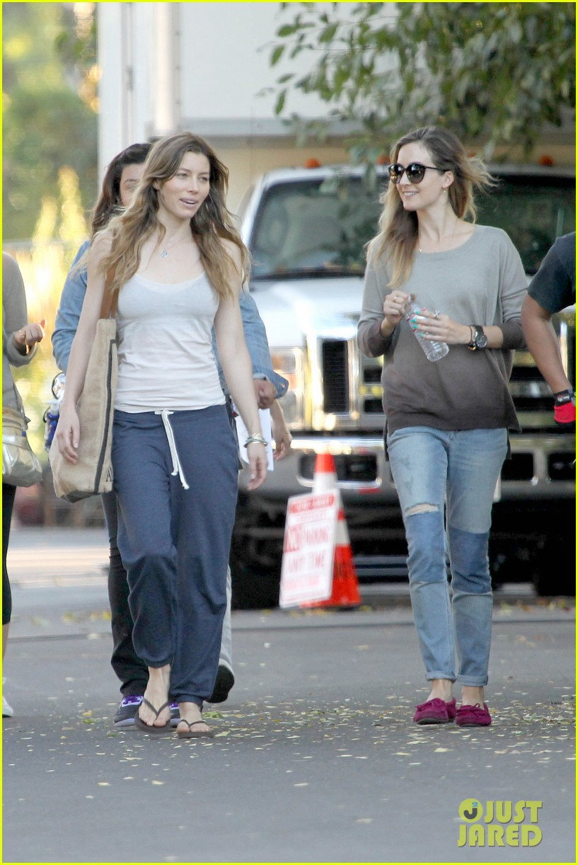 jessica biel shows svelte figure in tiny tank for shiva may 082974428