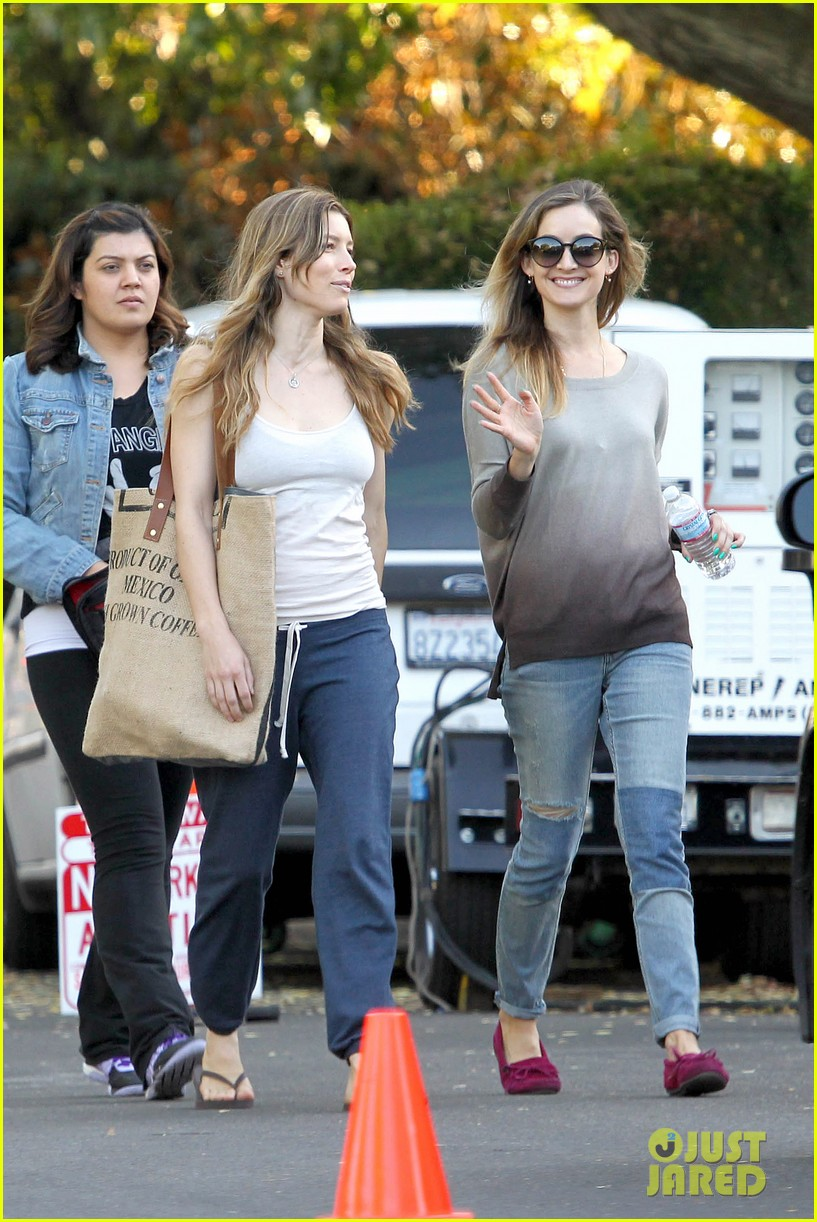 jessica biel shows svelte figure in tiny tank for shiva may 102974430