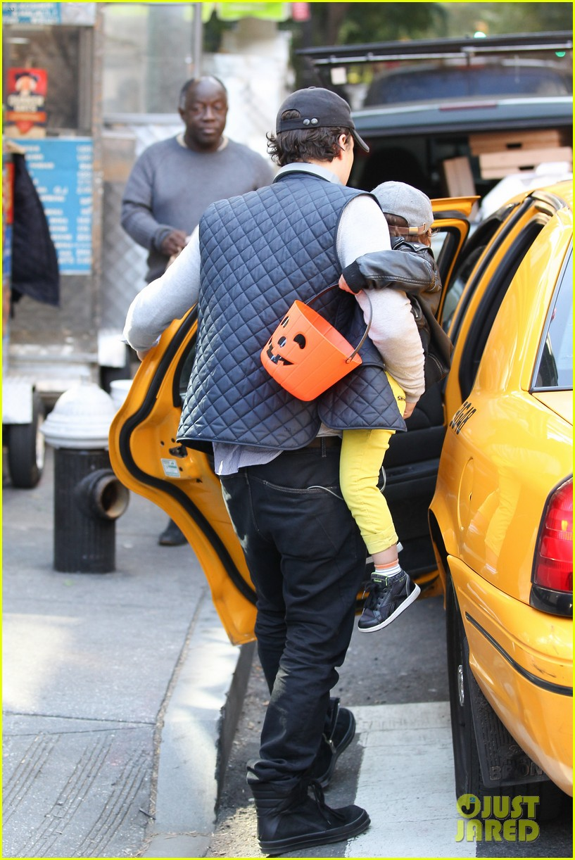 orlando bloom miranda kerr happy halloween with flynn 012981746