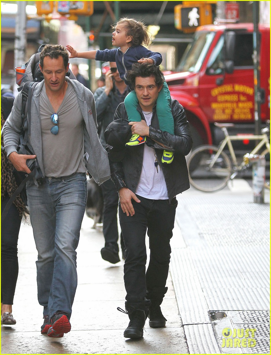 orlando bloom gets his nose picked by son flynn 032971913