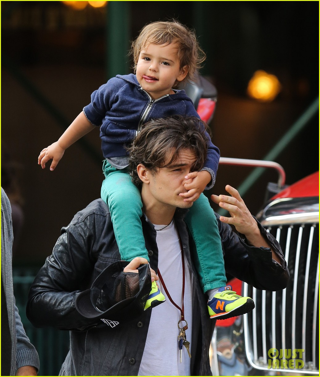 orlando bloom gets his nose picked by son flynn 04