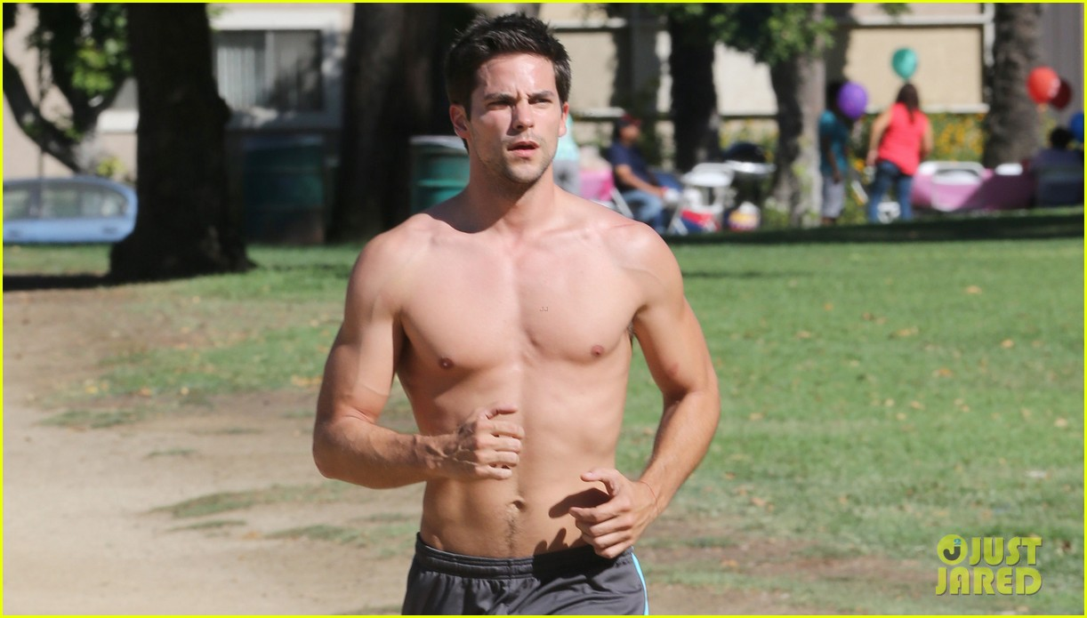 brant daugherty shirtless park workout football game 022969599
