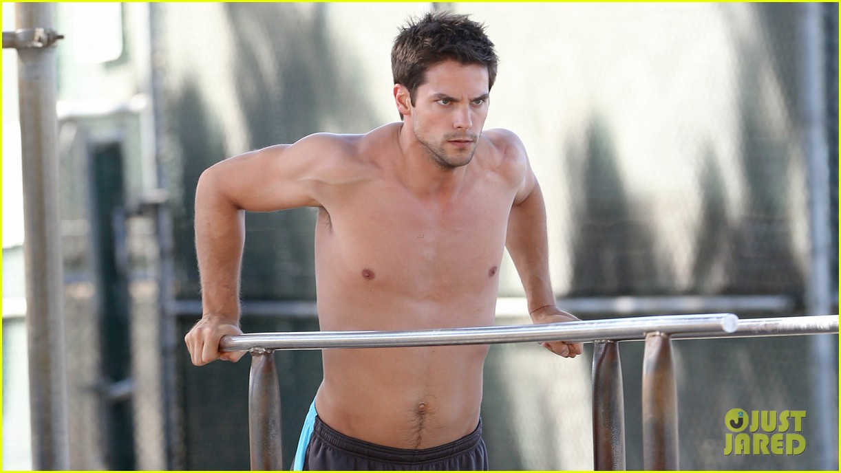 brant daugherty shirtless park workout football game 04