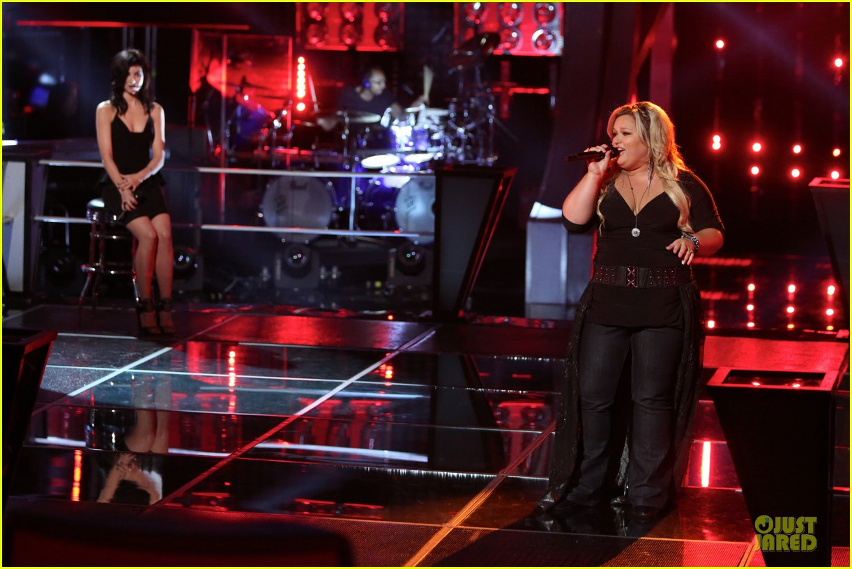 kaley cuoco sister briana advance on the voice tonight 012982077