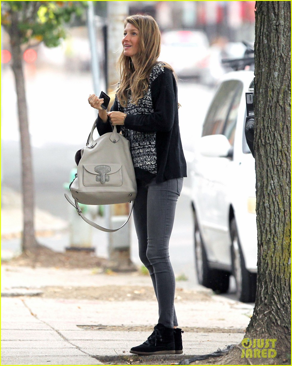 gisele bundchen does her morning yoga with vivian 012965955