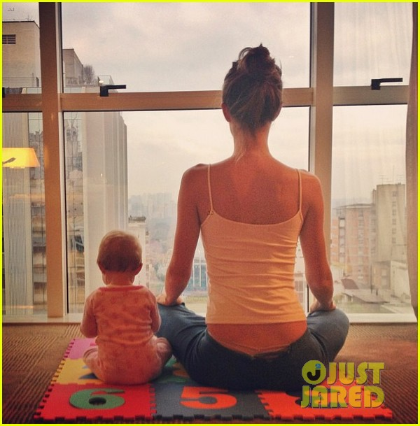 gisele bundchen does her morning yoga with vivian 032965957