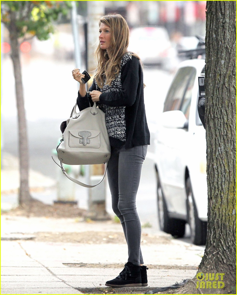 gisele bundchen does her morning yoga with vivian 062965960