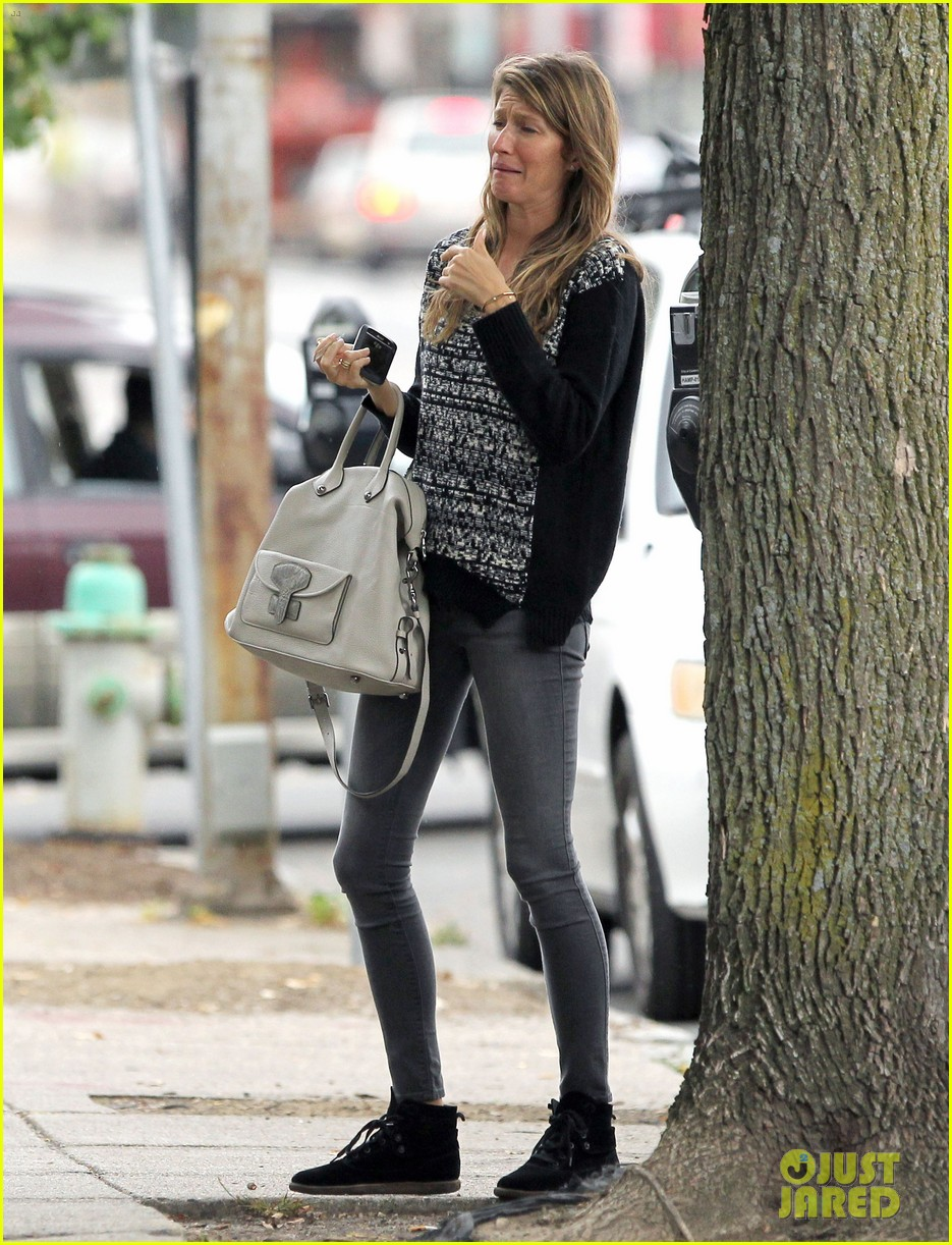 gisele bundchen does her morning yoga with vivian 122965966
