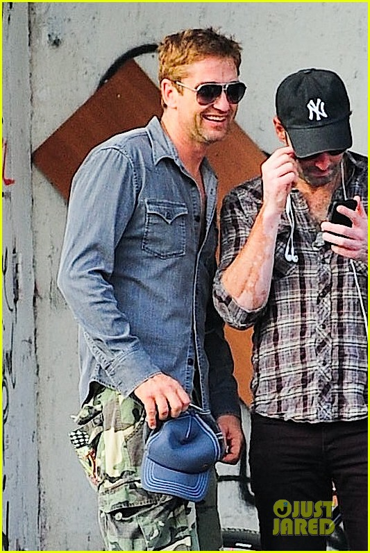 gerard butler camouflages bike ride in nyc 02