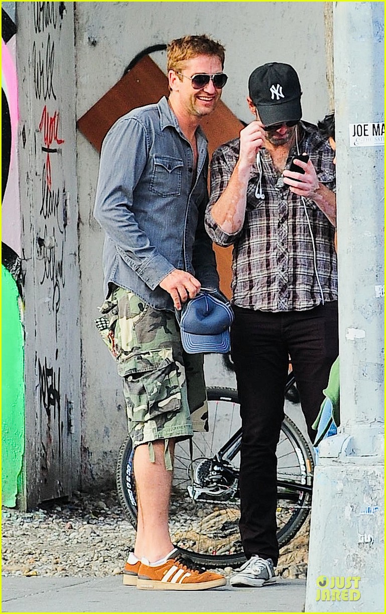 gerard butler camouflages bike ride in nyc 032966921
