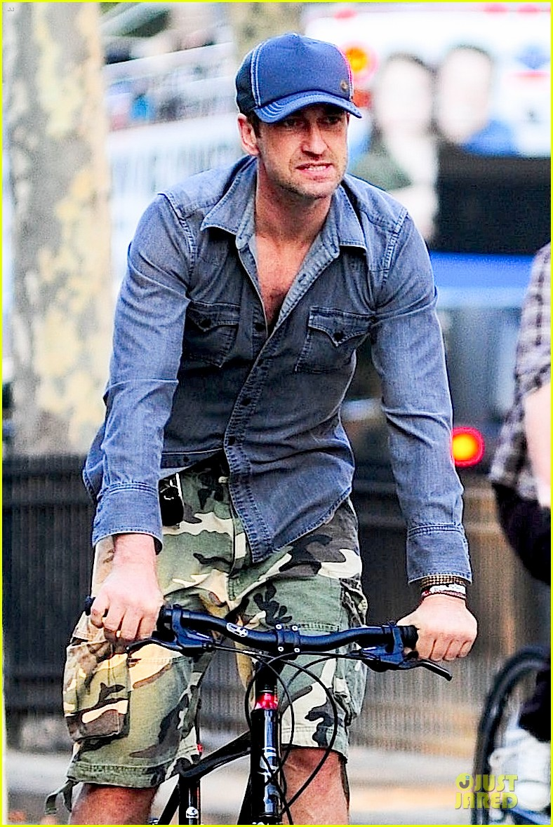 gerard butler camouflages bike ride in nyc 042966922