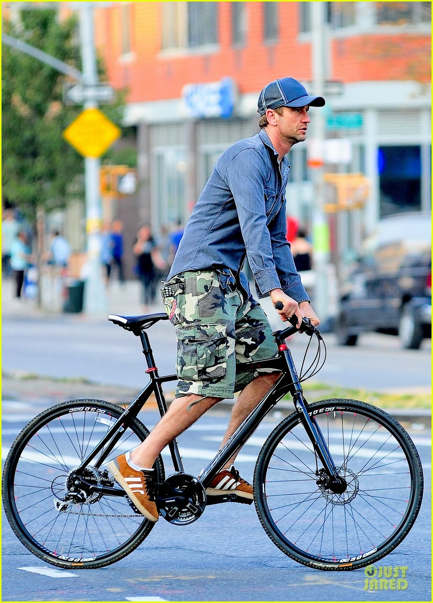 gerard butler camouflages bike ride in nyc 062966924