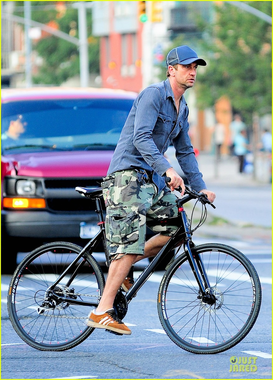 gerard butler camouflages bike ride in nyc 092966927