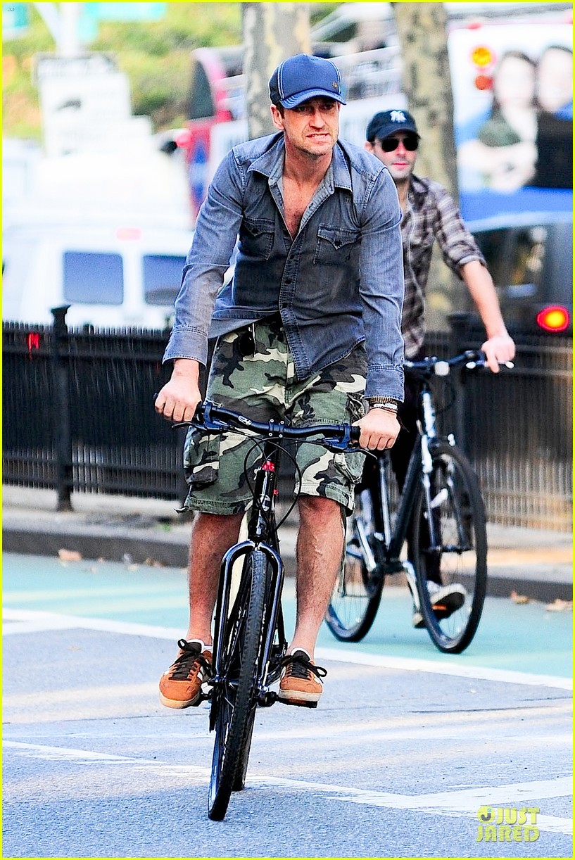 gerard butler camouflages bike ride in nyc 102966928