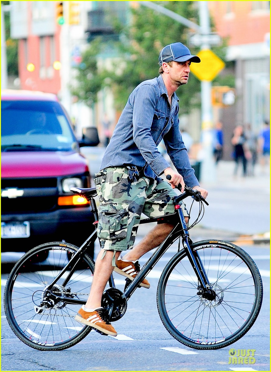 gerard butler camouflages bike ride in nyc 112966929