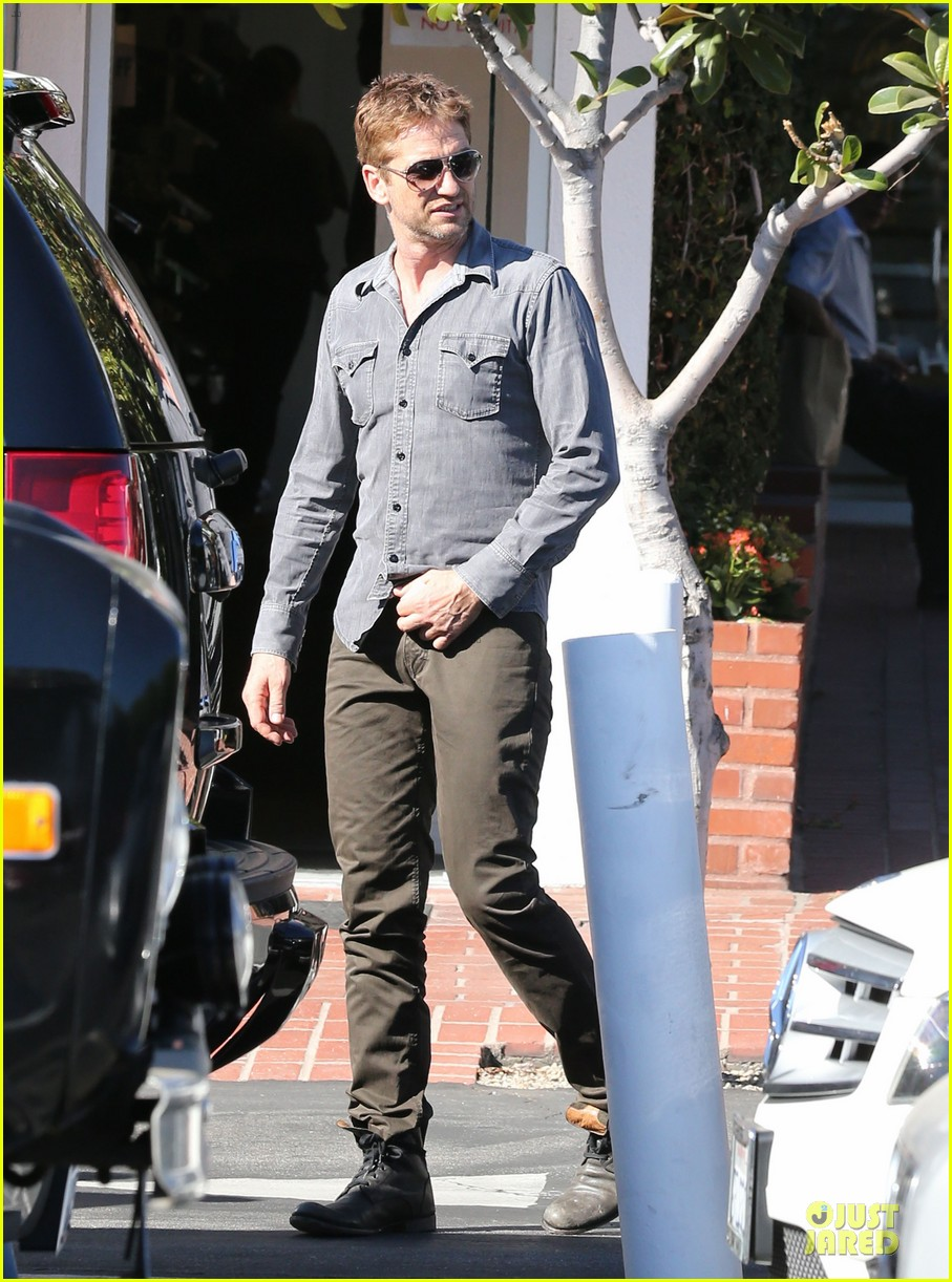 gerard butler enjoys fred segal lunch with friends 012967960