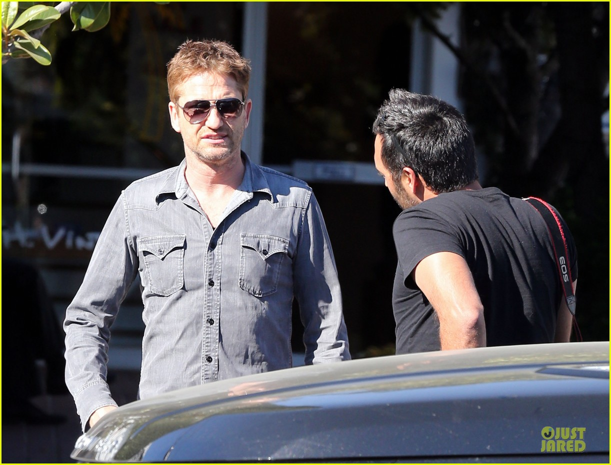 gerard butler enjoys fred segal lunch with friends 212967980