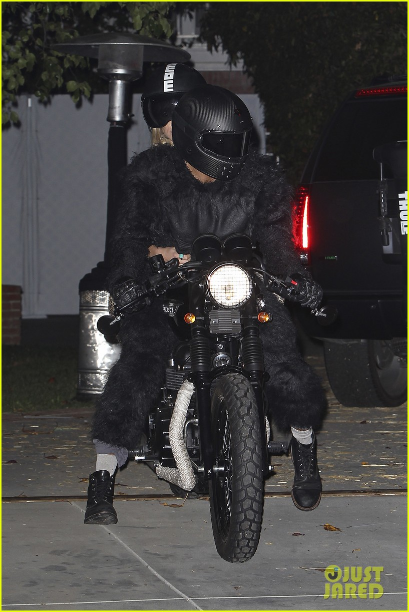 bradley cooper suki waterhouse halloween party pair 06