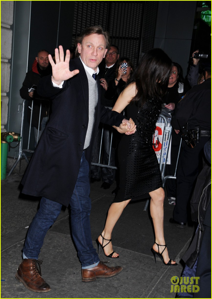 daniel craig rachel weisz hold hands after betrayal opening 022981775