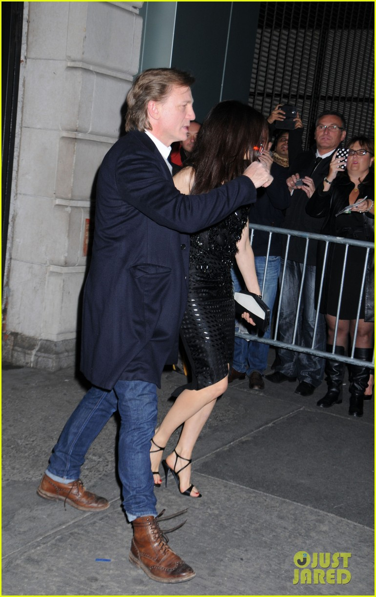 daniel craig rachel weisz hold hands after betrayal opening 042981777
