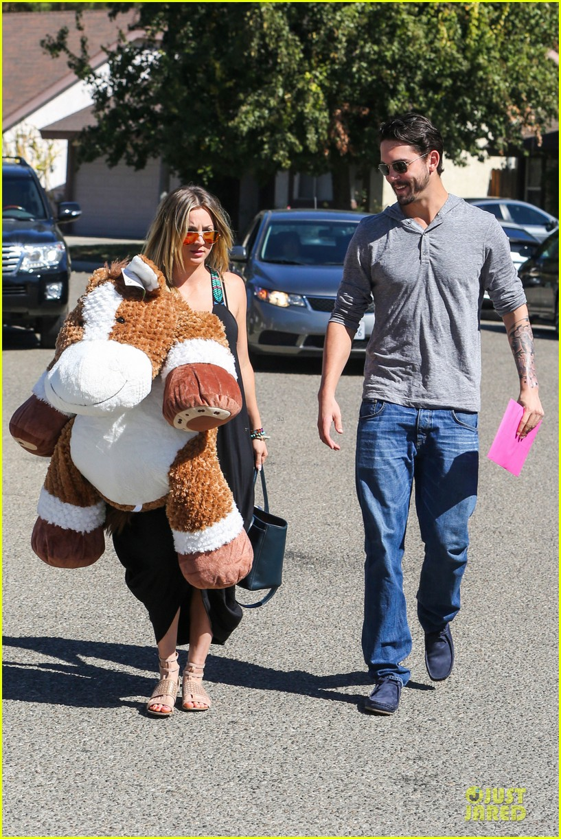 kaley cuoco ryan sweeting brings big gift to birthday party 012975010