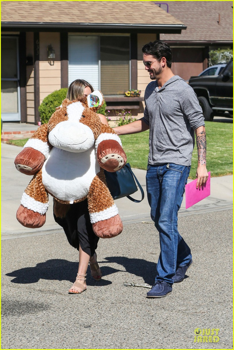 kaley cuoco ryan sweeting brings big gift to birthday party 092975018