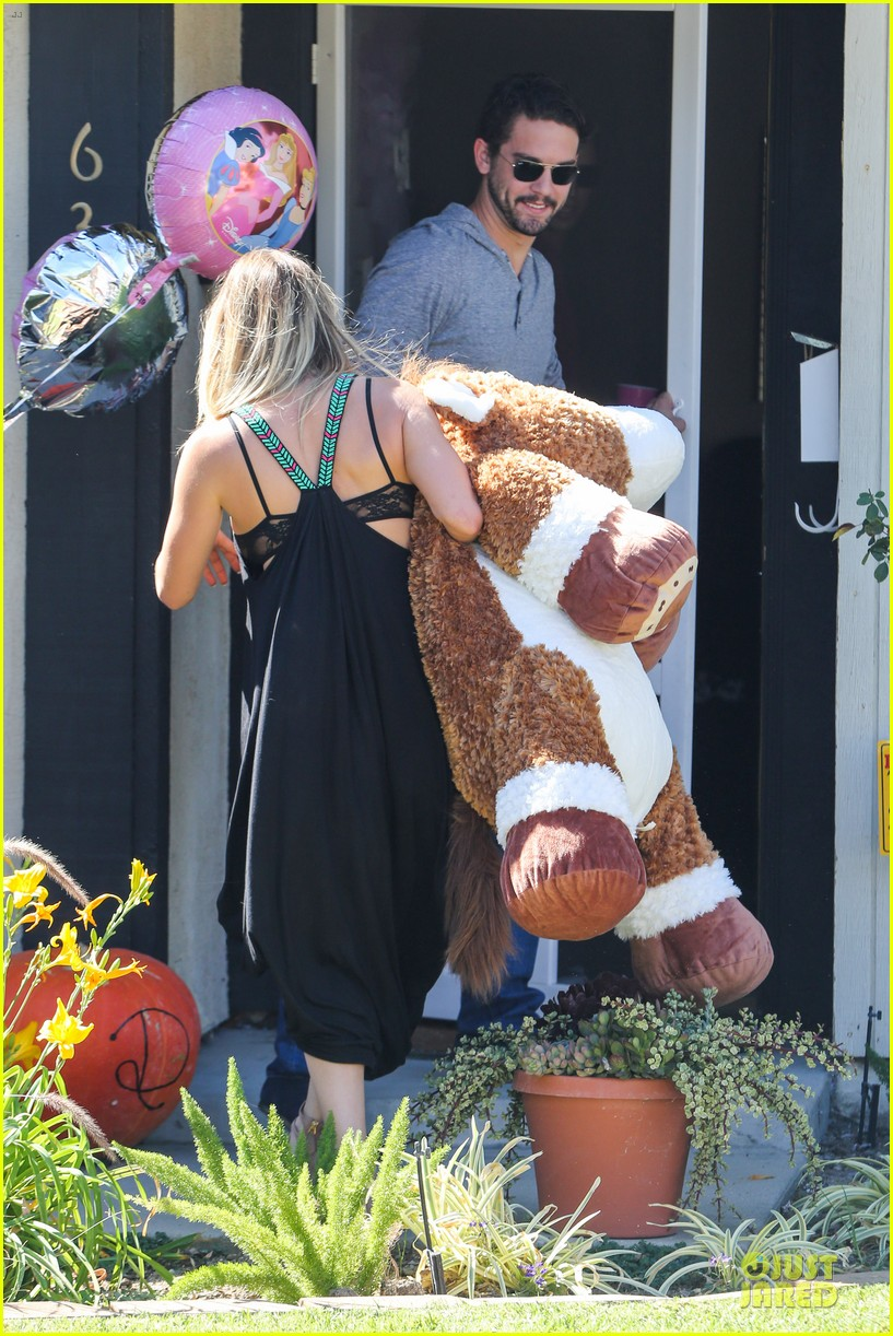 kaley cuoco ryan sweeting brings big gift to birthday party 152975024