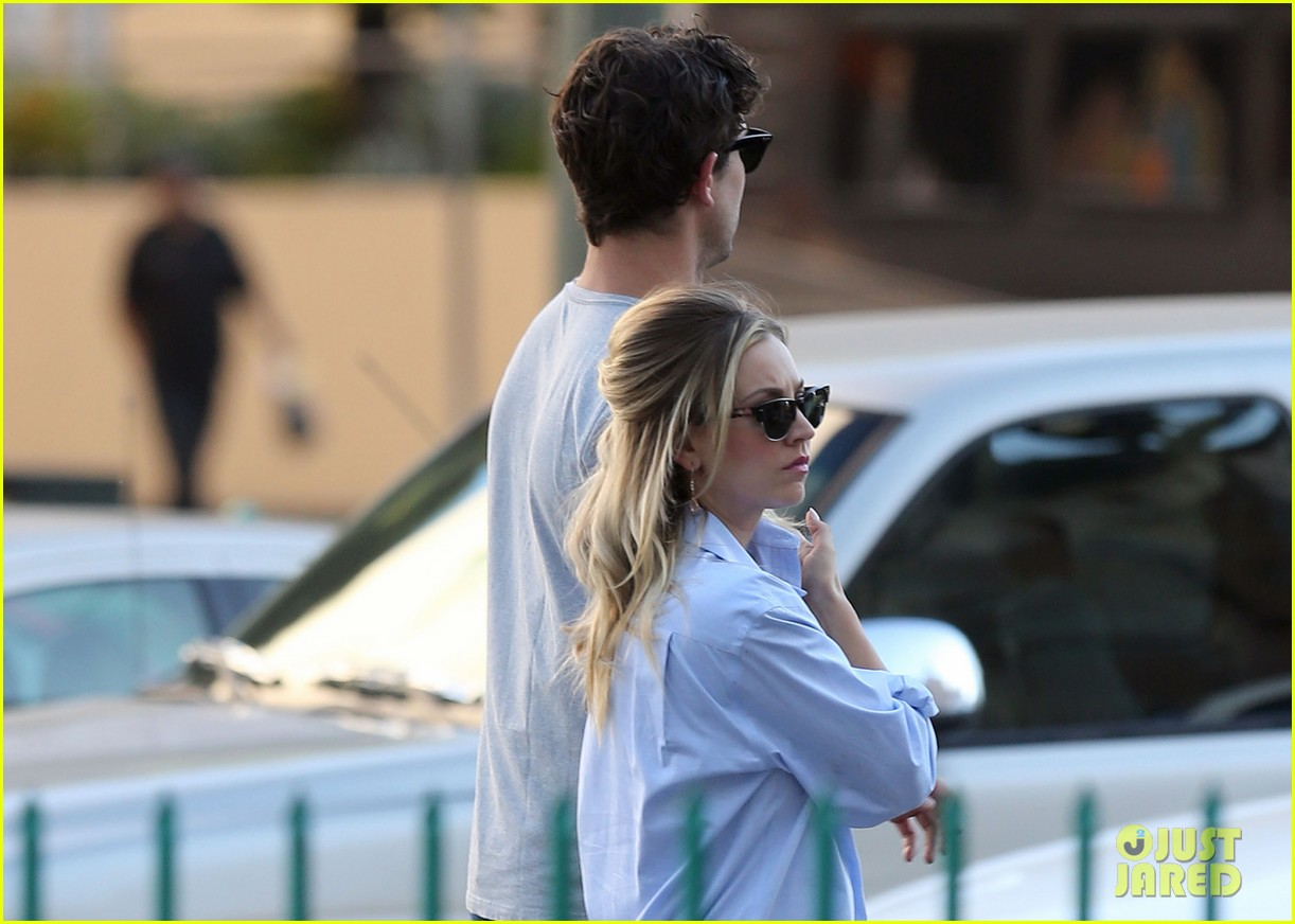 kaley cuoco ryan sweeting hold hands on set 022965316