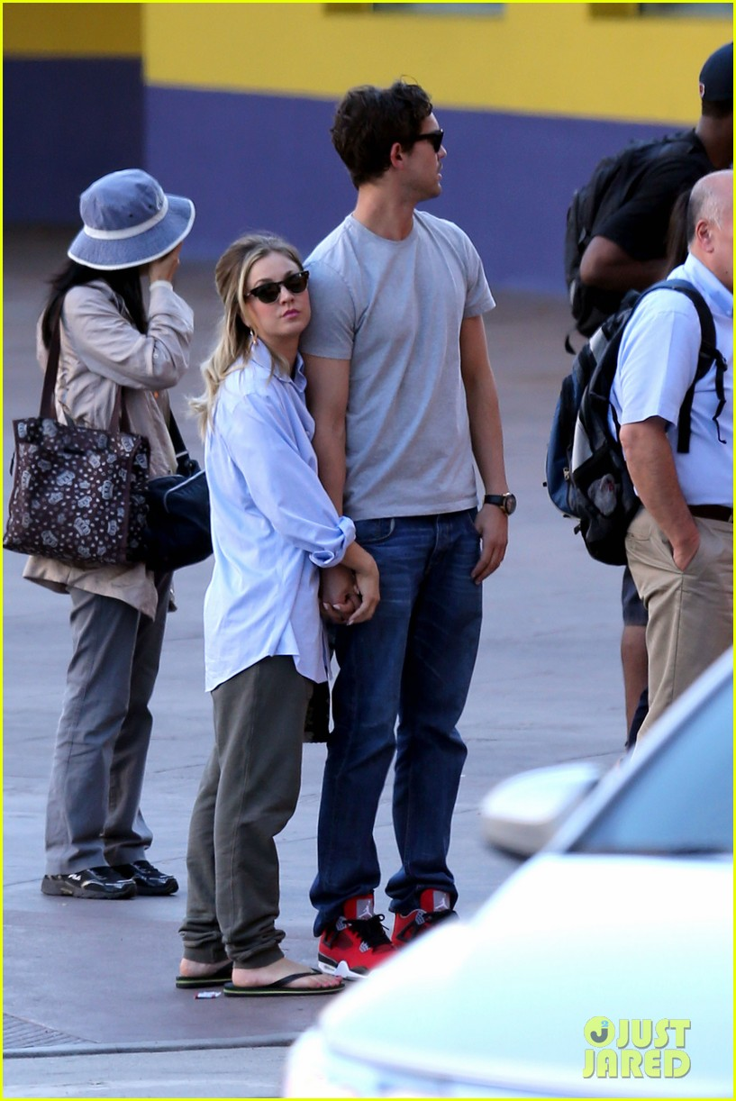 kaley cuoco ryan sweeting hold hands on set 032965317