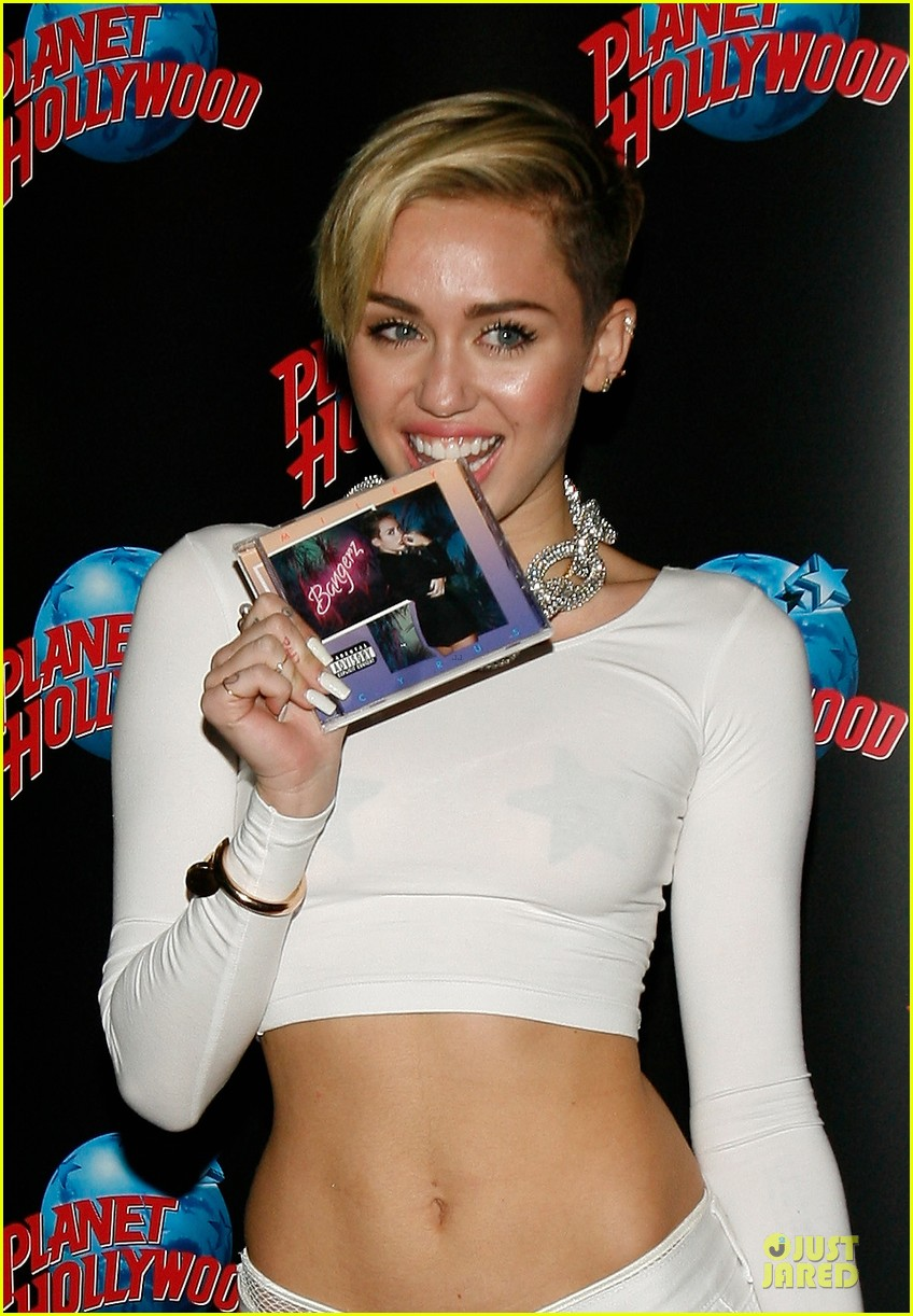 miley cyrus toned abs for bangerz album signing 092968627