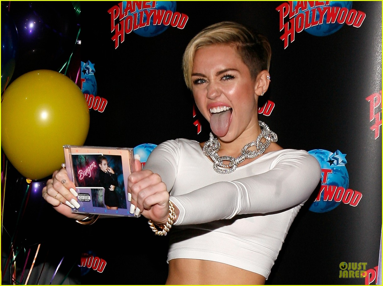 miley cyrus toned abs for bangerz album signing 12