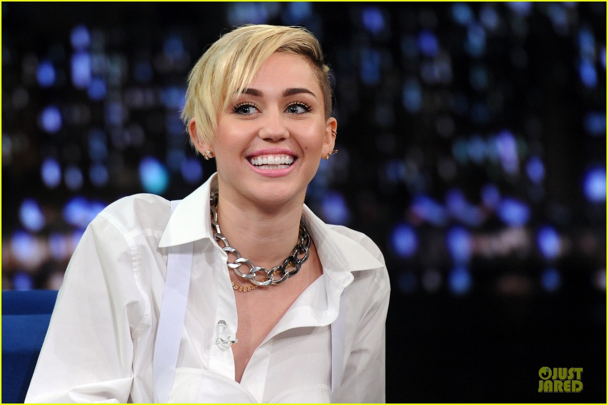 miley cyrus toned abs for bangerz album signing 212968639