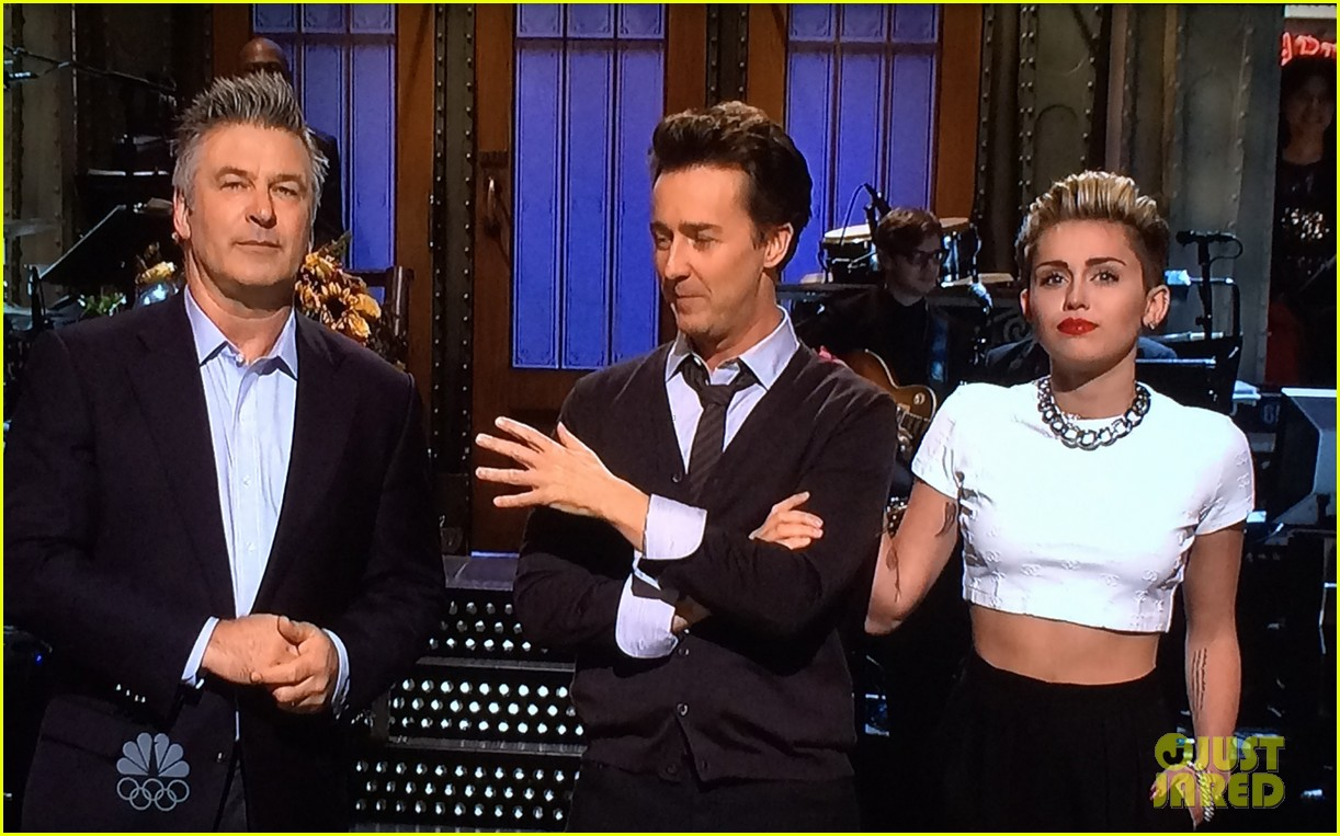 miley cyrus surprise snl appearance to announce tour 022980807