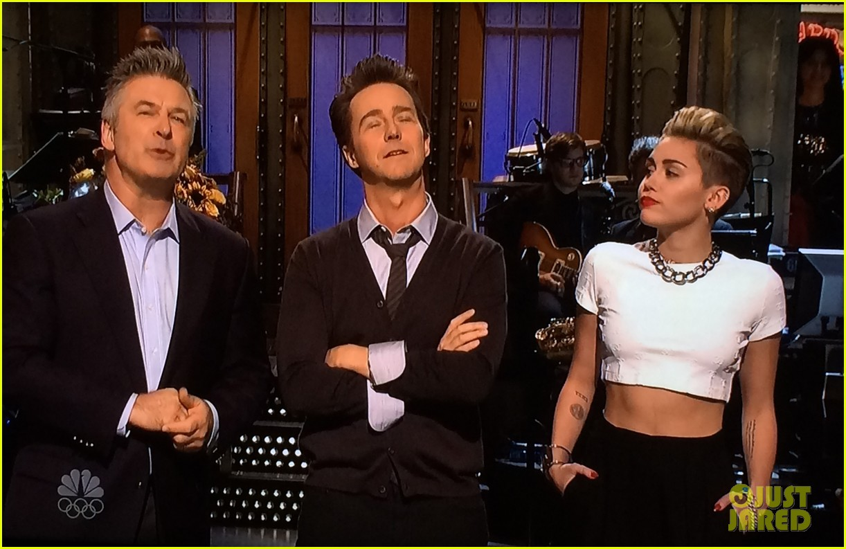 miley cyrus surprise snl appearance to announce tour 032980808