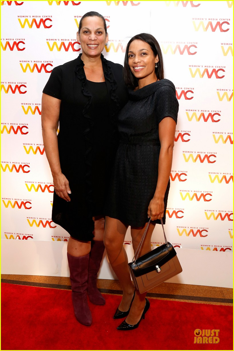 rosario dawson women media awards with mom isabel 01