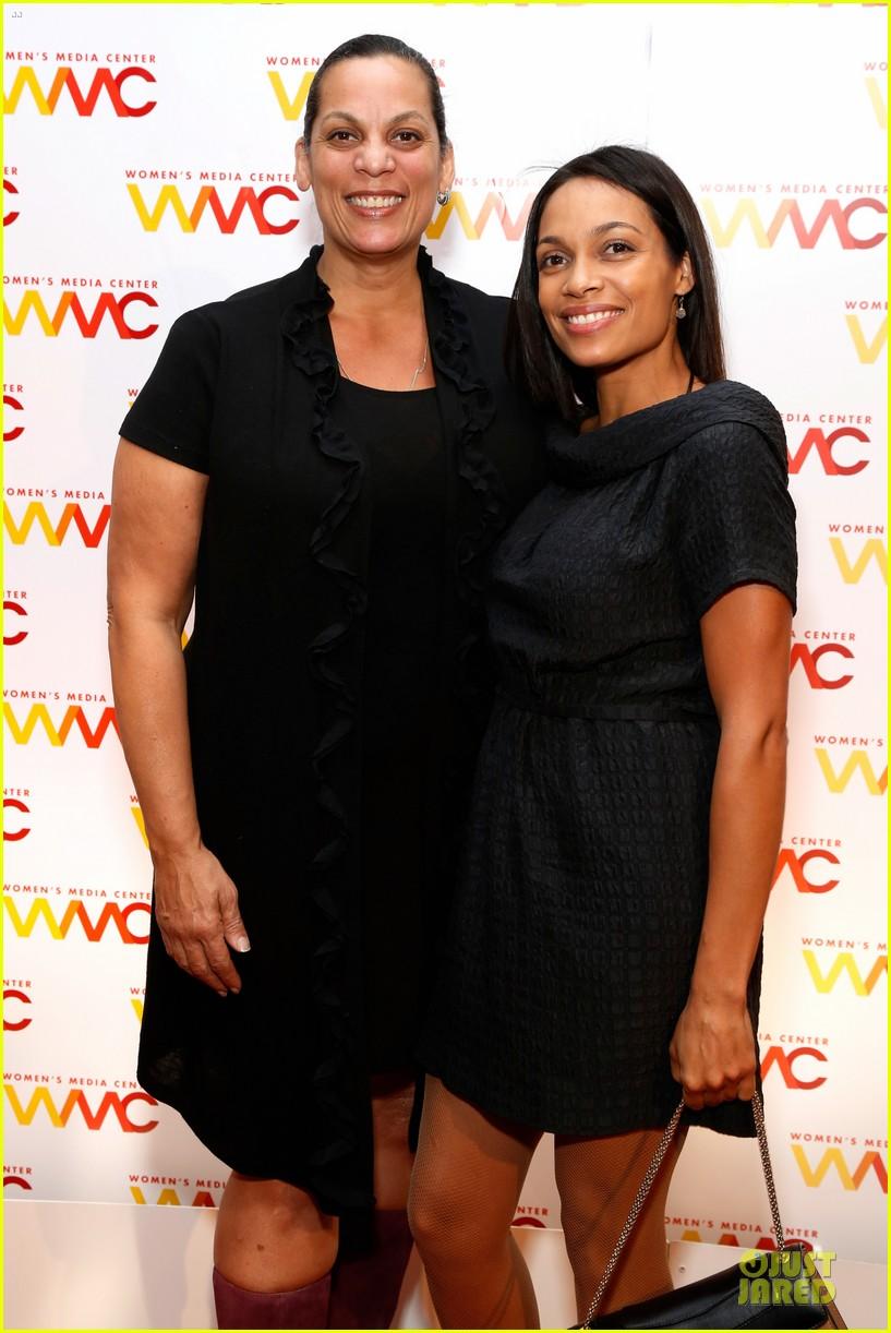 rosario dawson women media awards with mom isabel 082968786