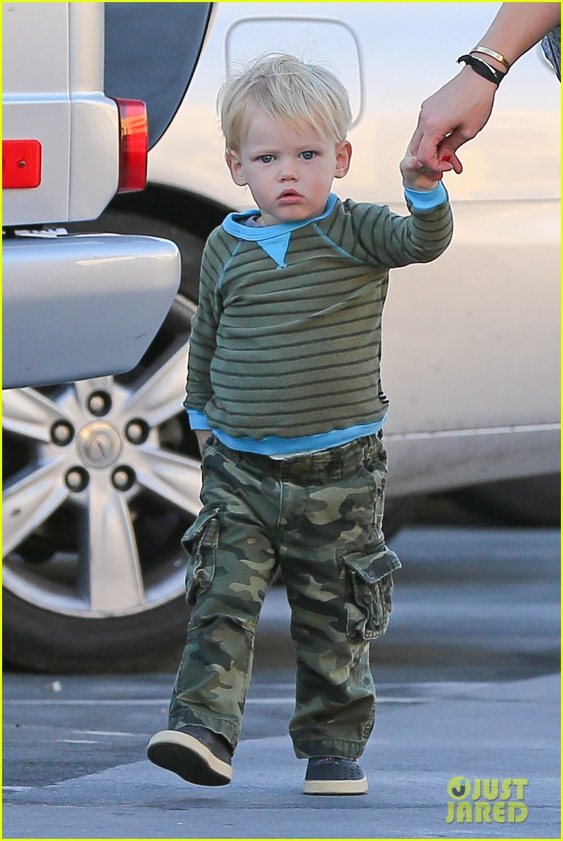 hilary duff dinner with luca after b day celebrations 022964362