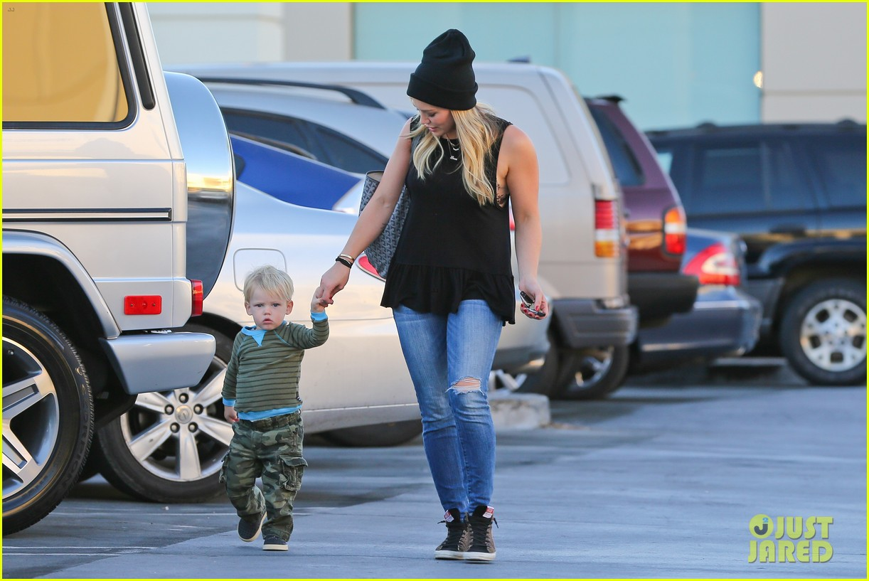 hilary duff dinner with luca after b day celebrations 08