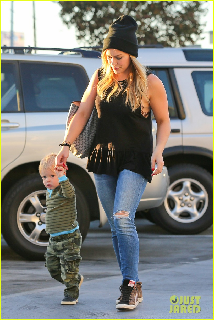 hilary duff dinner with luca after b day celebrations 092964369