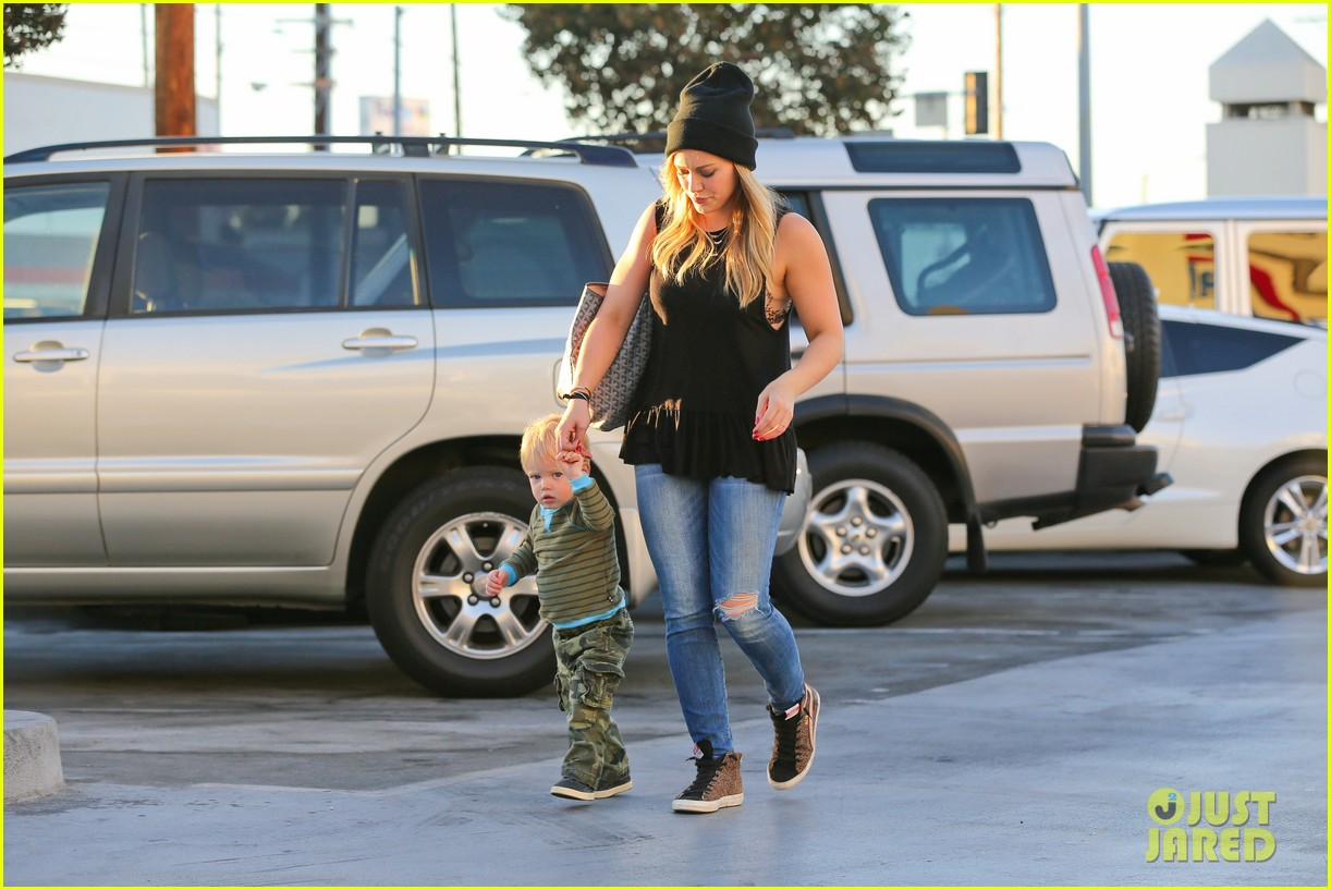 hilary duff dinner with luca after b day celebrations 102964370
