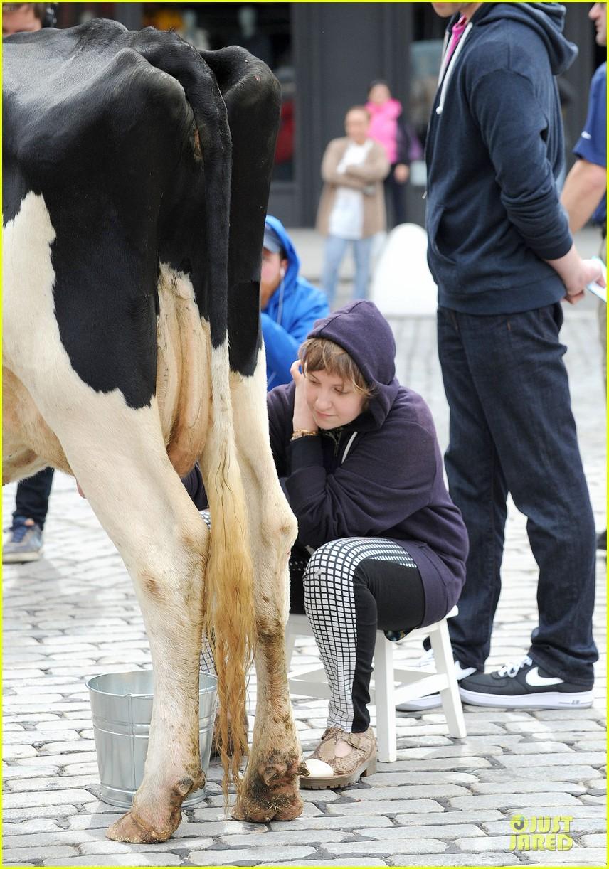 lena dunham milks a cow for billy on the street 152969154