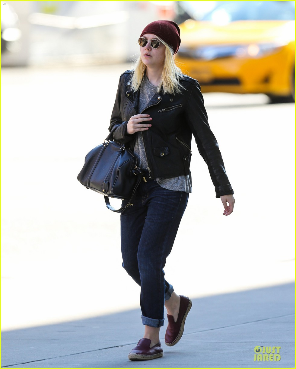 dakota fanning jamie strachan hold hands for shopping 052974685