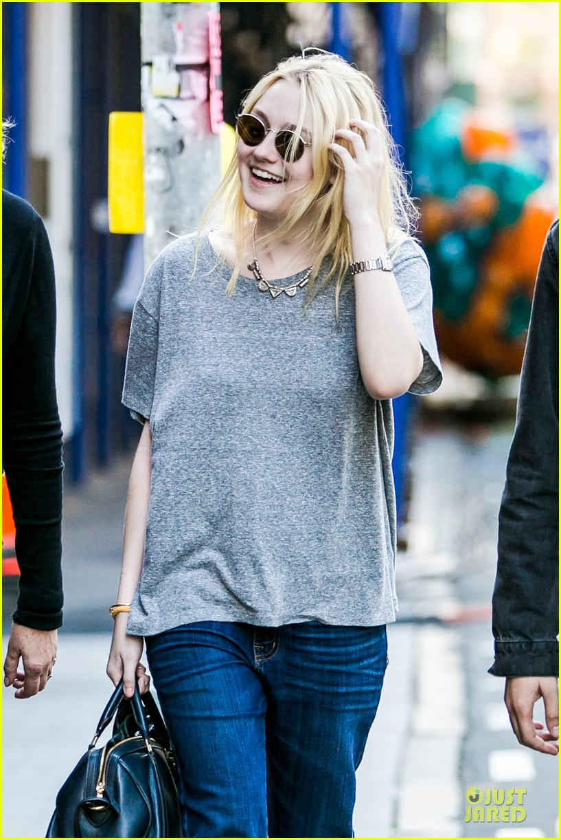 dakota fanning jamie strachan hold hands for shopping 082974688