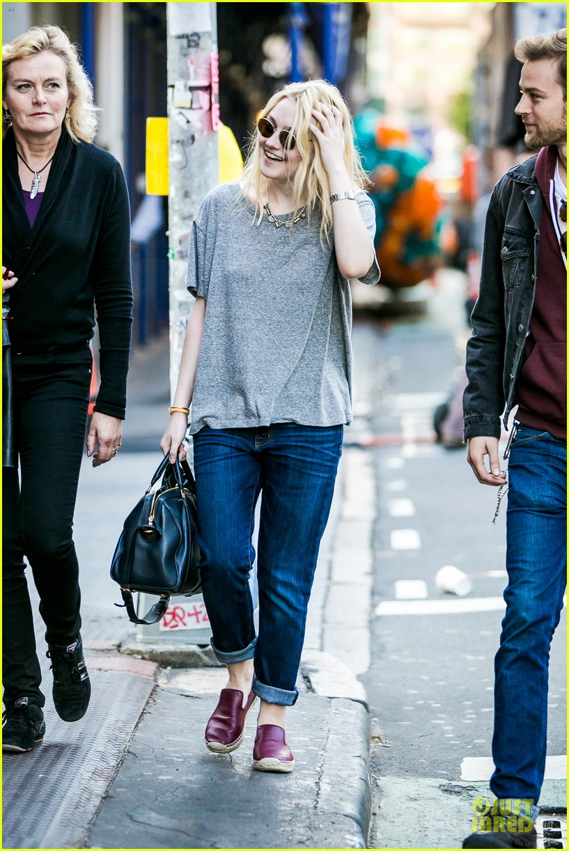 dakota fanning jamie strachan hold hands for shopping 092974689