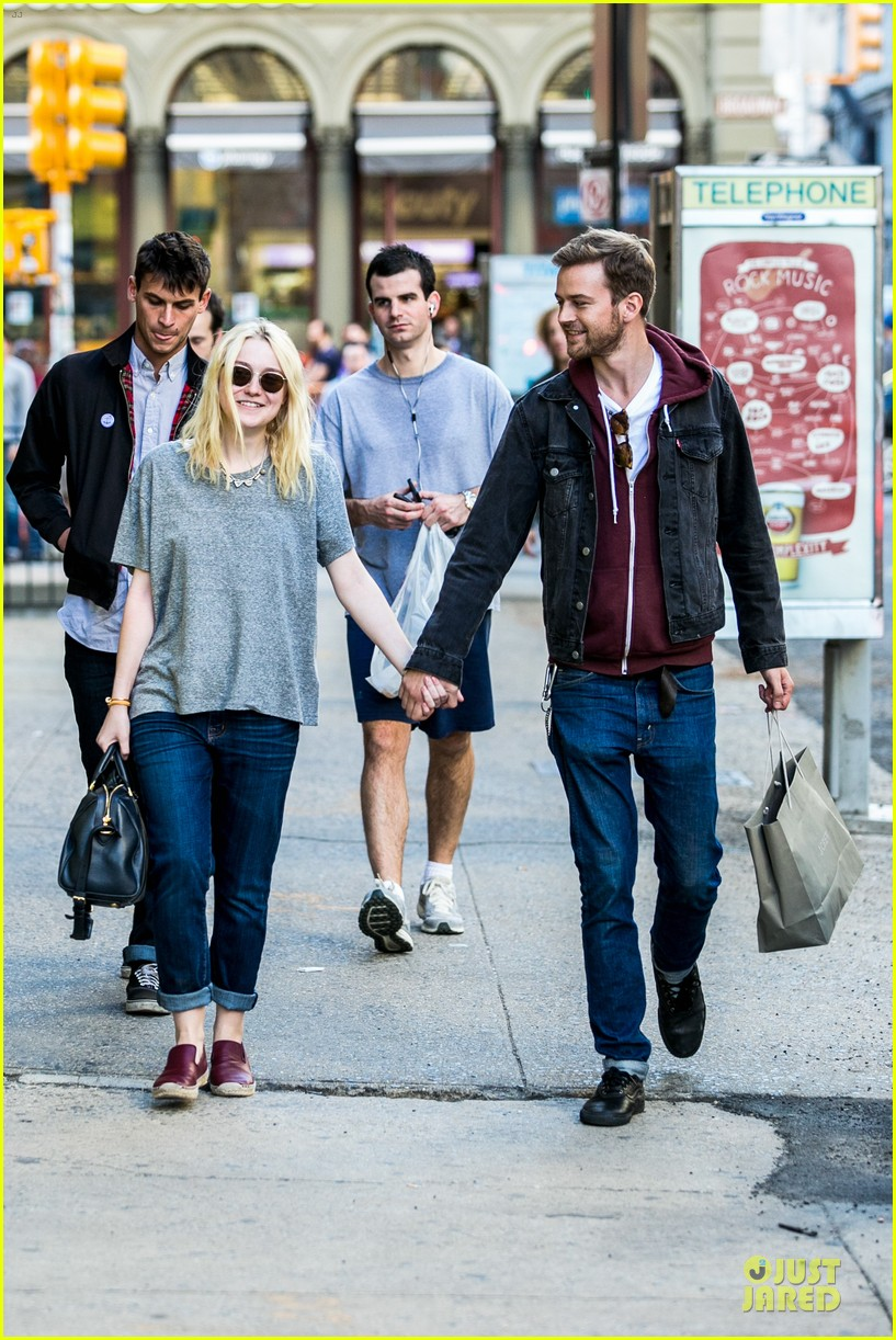 dakota fanning jamie strachan hold hands for shopping 122974692