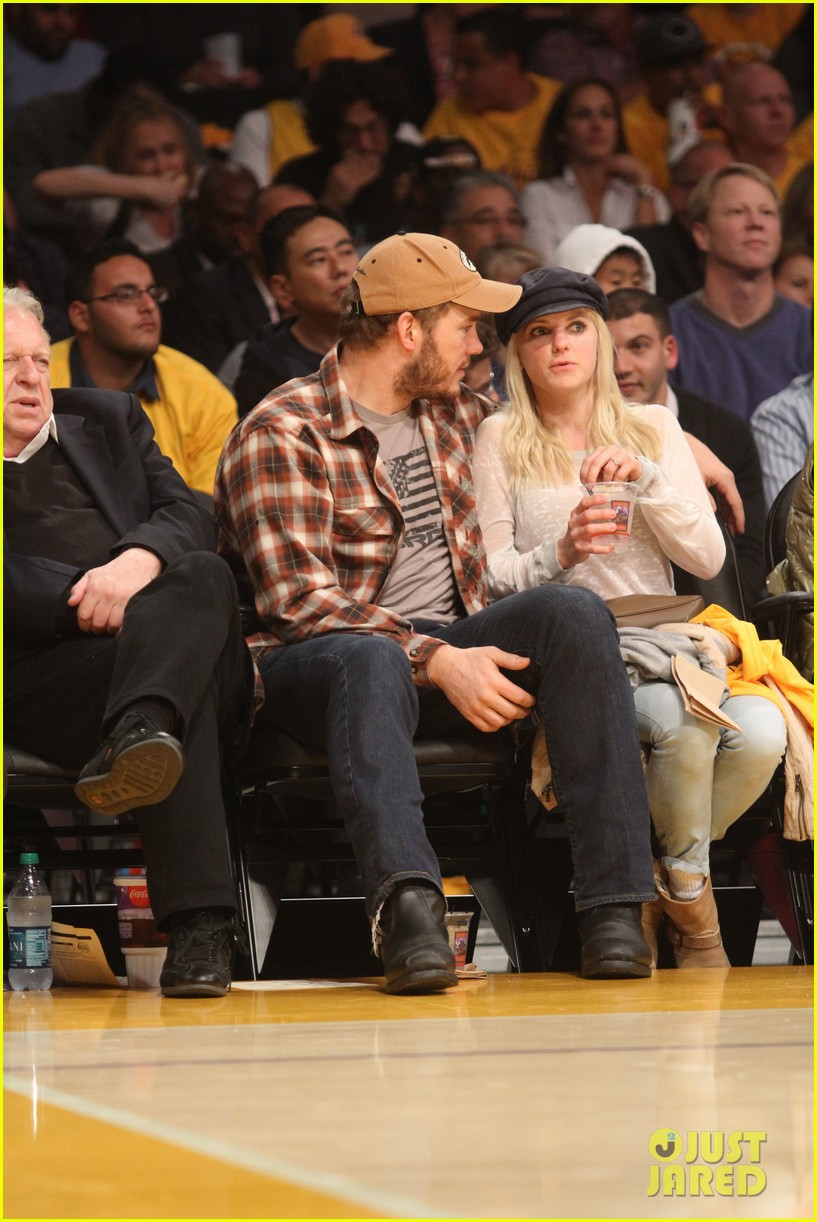 anna faris chris pratt cuddle close for lakers win 012982953