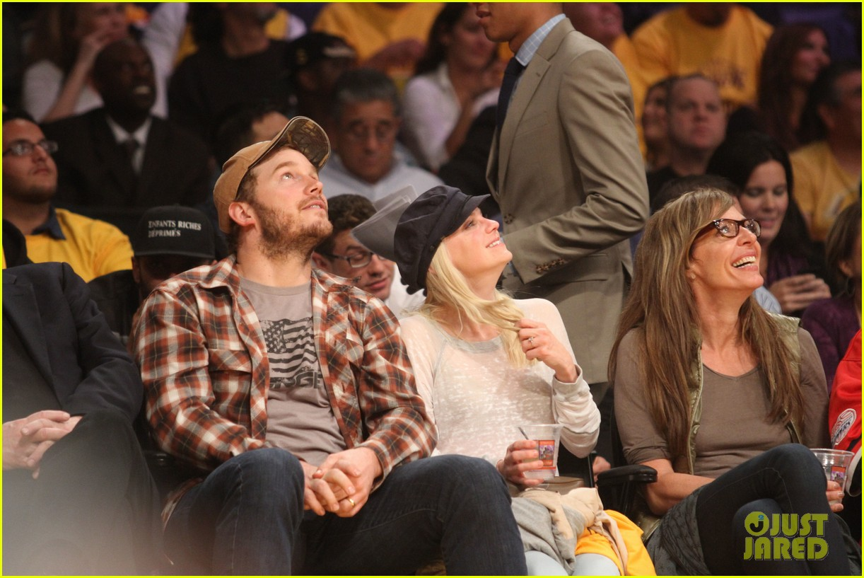 anna faris chris pratt cuddle close for lakers win 042982956