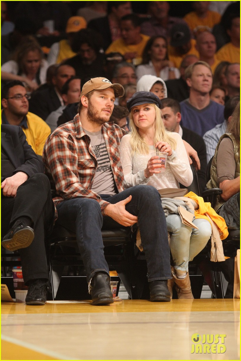 anna faris chris pratt cuddle close for lakers win 062982958