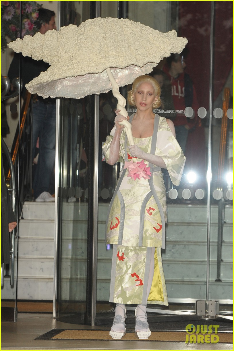 lady gaga carries large seashell umbrella around london 052983431